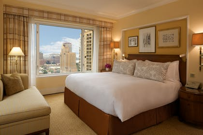Bedroom | Executive Suite + Deluxe King | The Peninsula Chicago
