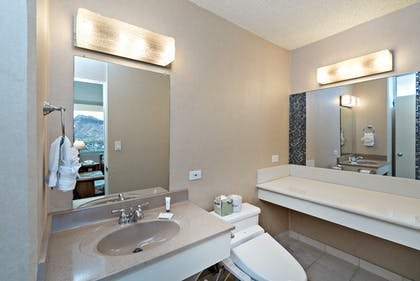 Bathroom | Penthouse Suite Ocean View Lanai | Queen Kapiolani Hotel