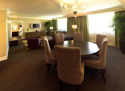Living room | Forum Classic Suite + 1 King | Caesars Palace