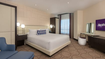 King Bed | Valley Tower Vice Presidential Suite + 2 Queens | Harrah's Hotel and Casino Las Vegas