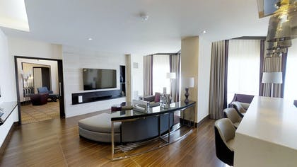 Living Room | Valley Tower Vice Presidential Suite + 2 Queens | Harrah's Hotel and Casino Las Vegas
