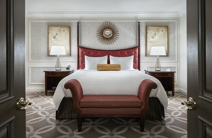 Piazza Bed | Piazza View Suite + Luxury View Suite | The Venetian Resort Hotel & Casino