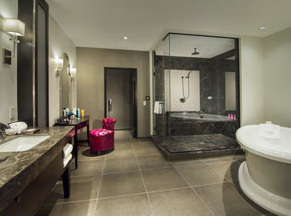 Bathroom | Gallery Suite + 1 King | The Cromwell