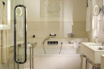 Bathroom | Classic Suite | Brown's Hotel, a Rocco Forte Hotel