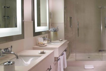 Bathroom | Deluxe Suite | Brown's Hotel, a Rocco Forte Hotel