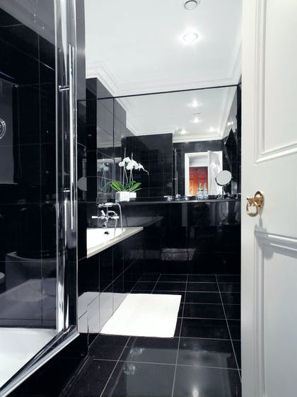 Bathroom | Deluxe Suite | DUKES Hotel