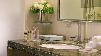 Bathroom | Ambassador Suite + Guestroom | Four Seasons Hotel London at Park Lane