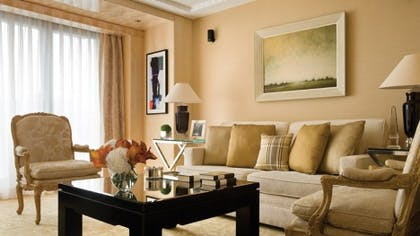 Living room | Deluxe One-Bedroom Suite + Guestroom | Four Seasons Hotel London at Park Lane