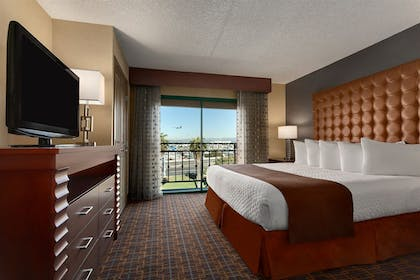 40444_118_z.jpg | 2 Room Suite - 1 King Bed - High Floor - Balcony | Embassy Suites by Hilton Los Angeles International Airport South