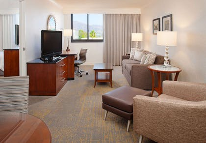 Living room | Executive Suite | 1 King | Los Angeles Marriott Burbank Airport