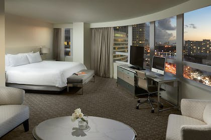 Bedroom | Bay View Junior Suite | King | Fontainebleau Miami Beach