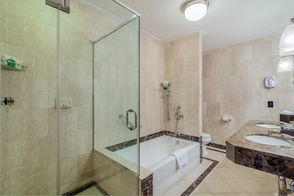 Bathroom 1 | Executive King Suite Non Smoking | The Avalon Hotel