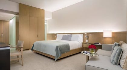 Bedroom | Corner Junior Suite + Premier Guestroom | King | The Knickerbocker