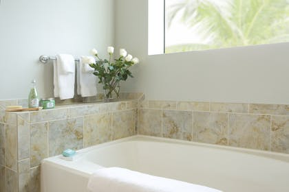 Bath Tub | 1 Bedroom 1 Bath Deluxe View | The Grove Resort & Spa Orlando