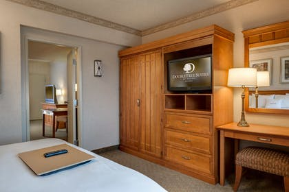 image 3.jpg | 2 Room Business Suite 1 King Bed with Breakfast | DoubleTree Suites by Hilton Hotel Phoenix