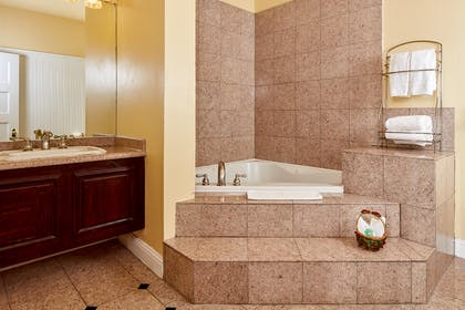 Queen_Anne_Hotel_Rm_King Jacuzzi.jpg | King Jacuzzi Suite | Queen Anne Hotel