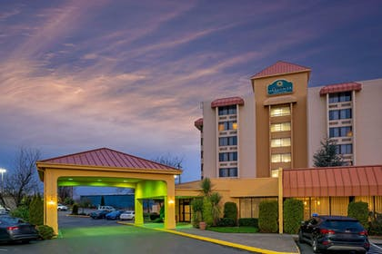 Exterior Entrance Night   La Quinta Inn & Suites by Wyndham Tacoma - Seattle