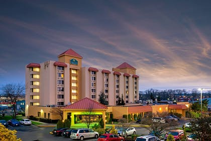 Exterior Night   La Quinta Inn & Suites by Wyndham Tacoma - Seattle